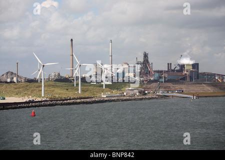 Éoliennes d'Ijmuiden steel travaille en arrière-plan, la Hollande, l'Europe Banque D'Images