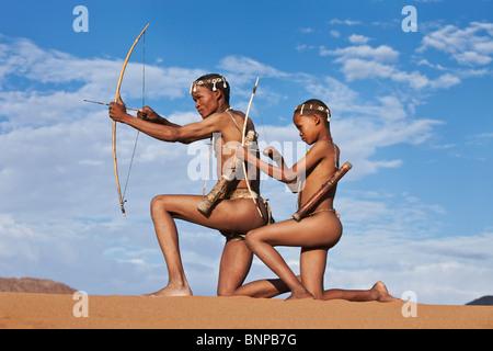 Bushman/peuple San. San mâles armés de chasseur arc et flèche Banque D'Images