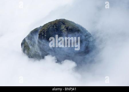 Vue aérienne de nuages tourbillonnant autour du sommet de la montagne de grès près du Mont Roraima tepui Venezuela Banque D'Images