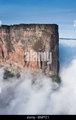 Le Roraima est le plus haut atteint 2810 mètres tepui dans l'altitude. Dessus plat couvert de nuages montagnes. Banque D'Images