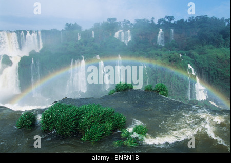 L'Etat du Parana, Brésil, Iguacu Iguacu Falls National Park, arc-en-ciel, plus de cascade, vue du côté brésilien. Banque D'Images