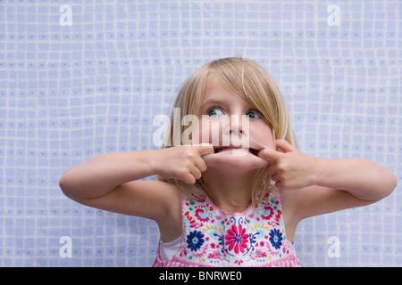Petite fille blonde faire une Drôle de tronche.