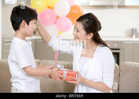 Fils donne une mère présente Banque D'Images
