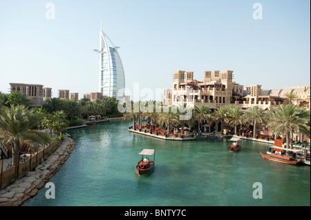 L'hôtel Burj Al Arab vu de l'eau carte de l'hôtel Madinat Jumeirah à Dubai Emirats Arabes Unis Banque D'Images
