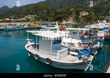 Les bateaux de pêche locaux ancrés dans le port Paleokastritsa sur l'île grecque de Corfou Grèce GR Banque D'Images