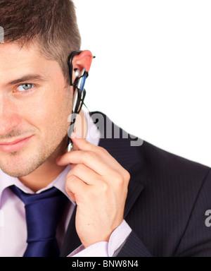Sur l'homme regardant la caméra casque