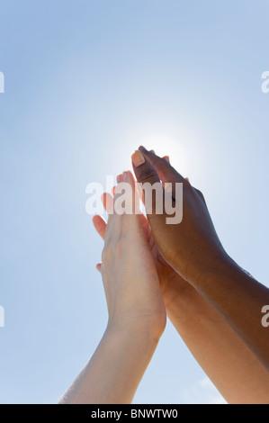 Mains jusqu'en face de soleil Banque D'Images