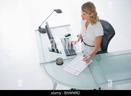 Businesswoman working on computer Banque D'Images