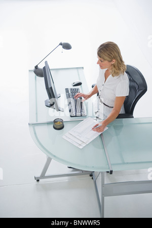 Businesswoman working on laptop Banque D'Images