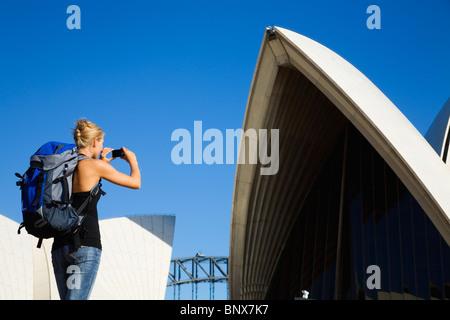 Un randonneur photographies l'Opéra de Sydney, Nouvelle Galles du Sud, Australie. Banque D'Images