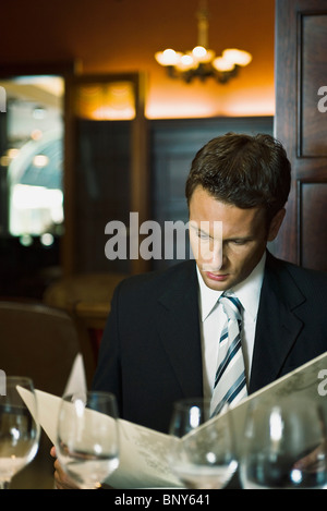 Man in fine menu restaurant Banque D'Images