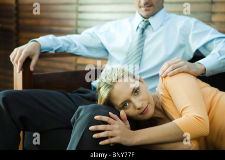 Femme posant sa tête sur les genoux de l'homme Banque D'Images