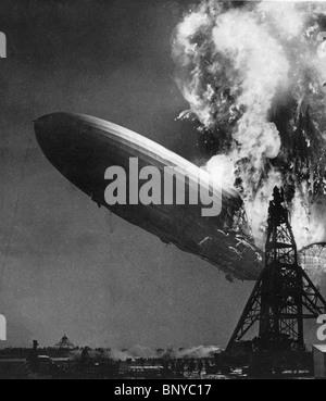 LZ 129 HINDENBURG airship commercial allemand prend feu tout en s'amarre à la Station Navale de Lakehurst, New Jersey Banque D'Images