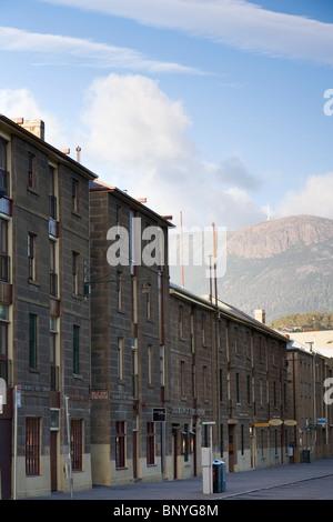 L'architecture coloniale de Salamanca Place avec Mount Wellington derrière. Hobart, Tasmanie, Australie Banque D'Images