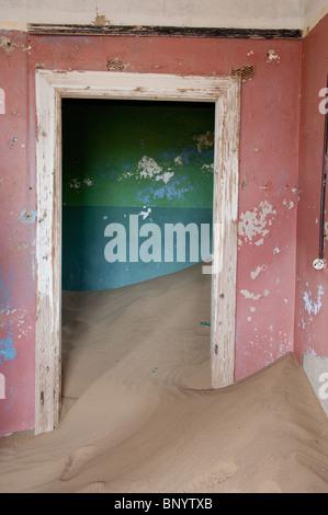 L'Afrique, la Namibie, Luderitz. Kolmanskop, ancienne ville minière de diamants abandonnée en 1940. Rempli de sable prix réclamés par le désert.