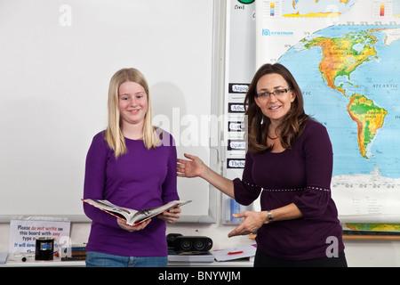 Le renforcement positif des femmes enseignant louant happy student vue avant l'encouragement encourage les gens Banque D'Images