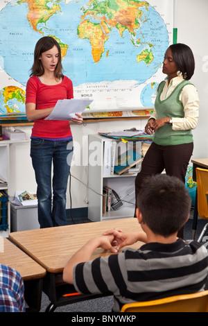 Diversité ethnique lecture interracial en face de classe. personne personnes monsieur © Myrleen Pearson Banque D'Images