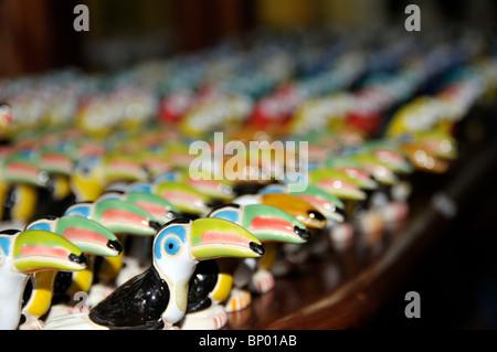 Toucans miniature en céramique, Parque das Aves cadeaux, Foz Do Iguacu, Parana, Brésil Banque D'Images