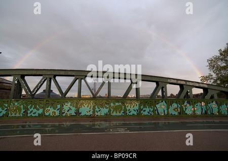 Arc-en-ciel sur pont à Primrose Hill/Chalk Farm, Londres. Banque D'Images