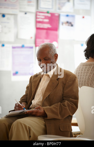 Personnes âgées homme noir en salle d'attente Banque D'Images