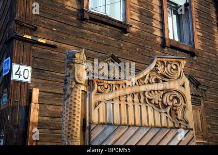 La Russie; Sibérie; Irkoutsk; un détail d'une maison en bois dans le centre de la ville. Banque D'Images