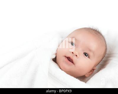 Trois mois Cute smiling baby boy dans une serviette après bain Banque D'Images