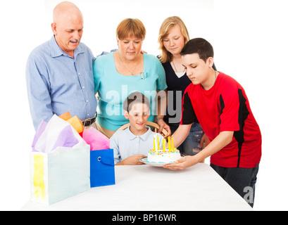 Lance une famille d'anniversaire pour un petit garçon. Fond blanc Banque D'Images