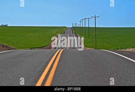 Cette photo est pleine d'idées conceptuelles, longue étendue de route vide avec des trempettes, des hauts et des Banque D'Images
