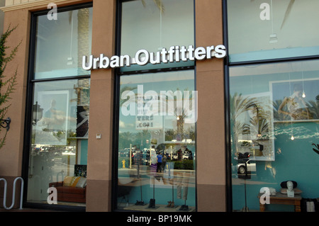 ... Urban Outfitters vente au détail mode magasin de vêtements à Orange  County, CA Banque D e80e6b509871