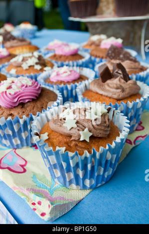 Gâteaux muffin glacé décoré décoration alimentaire mini éponge coeur fée étoile tourbillon de chocolat, glaçage Banque D'Images