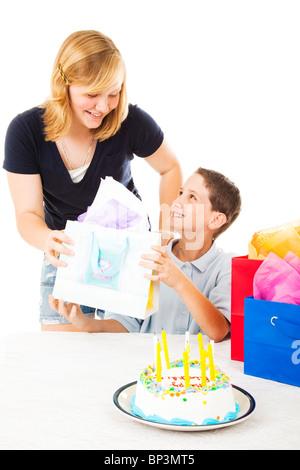 Petit garçon reçoit un cadeau d'anniversaire de sa grande sœur. Fond blanc Banque D'Images