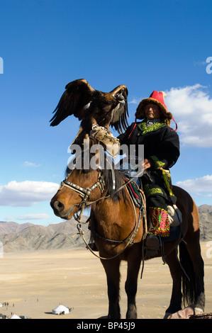 Homme kazakh au Festival de l'Aigle de l'Altaï Banque D'Images