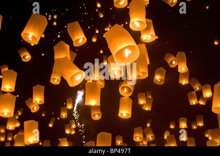 Khom loy lanternes lors de Loi Krathong festival, à Tudong Kha Satan temple de méditation. Banque D'Images