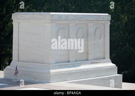 Un soldat monte la garde sur la Tombe du Soldat inconnu (la tombe de l'Inconnu) au cimetière national d'Arlington Banque D'Images