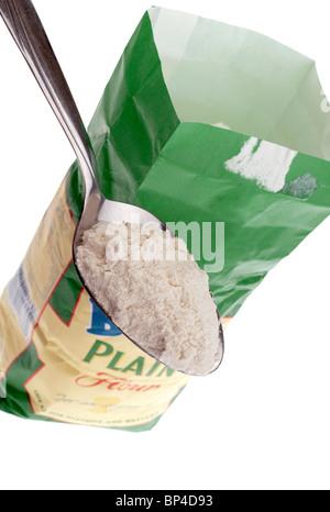 Cuillerée à soupe de farine d'être levé par un sac en papier Banque D'Images