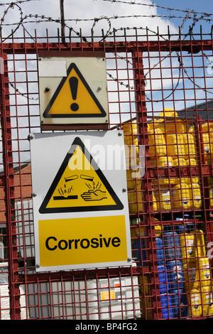 Produits corrosifs dans une enceinte protégée sur une zone industrielle au Royaume-Uni. Banque D'Images