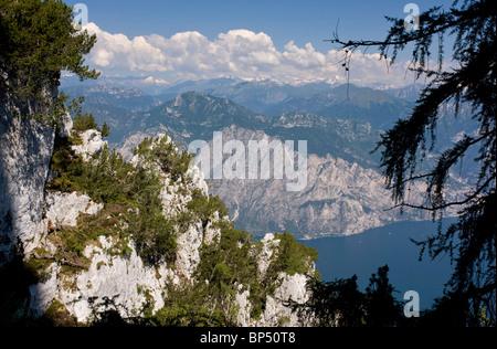 Lac de Garde vue depuis le Monte Baldo, Nord de l'Italie. Banque D'Images