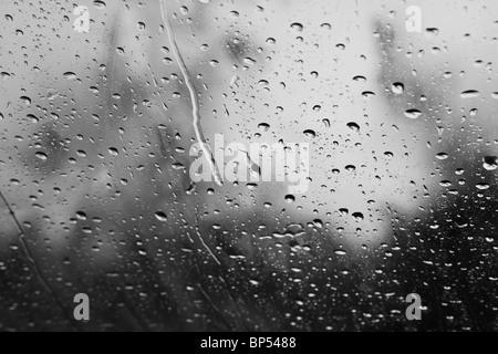 Des gouttes de pluie et de ruissellement vers le bas d'une fenêtre Banque D'Images