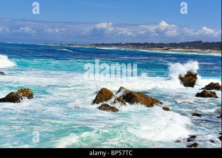 Bleu Turquoise et vagues et éclaboussures contre des roches, Point Joe, Pebble Beach en Californie le long de la Banque D'Images