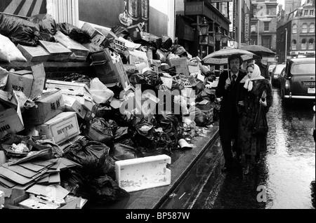 Hiver du mécontentement à Londres. Des détritus s'accumulent dans les rues de l'extrémité ouest de Londres. Bin Men Strike 1979 années 1970 UK HOMER SYKES