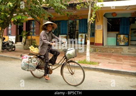 Femme dans les rues de Hoi Han Banque D'Images