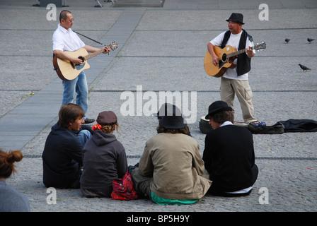 Des musiciens de rue en face du centre Pompidou Paris France