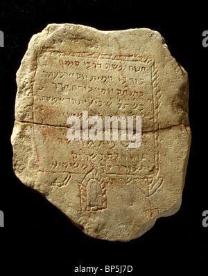 Pierre tombale juive inscrit en hébreu et décorée avec le chandelier à sept branches DATANT DE C. 5ème. C. AD.UN Banque D'Images