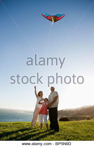 Les grands-parents et petite-fille de personne donnant sur l'océan d'herbe Banque D'Images