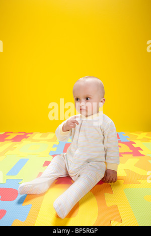 Baby boy playing with toy lettres alphabet Banque D'Images
