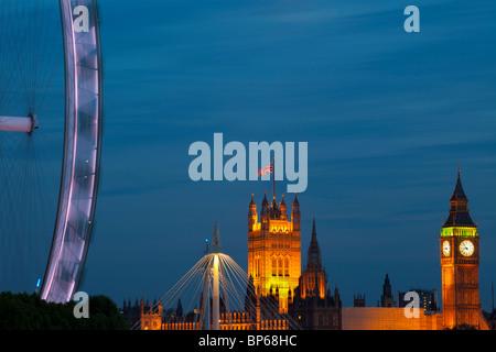 Roue du millénaire et des chambres du Parlement, au crépuscule, Londres, Royaume-Uni. Banque D'Images