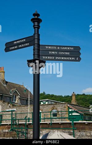 Gros plan sur les informations touristiques contraste avec le ciel bleu Grange-over-Sands Cumbria Angleterre Royaume Banque D'Images