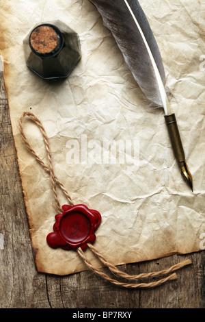 Papier blanc avec cachet de cire, d'encre et plume Banque D'Images