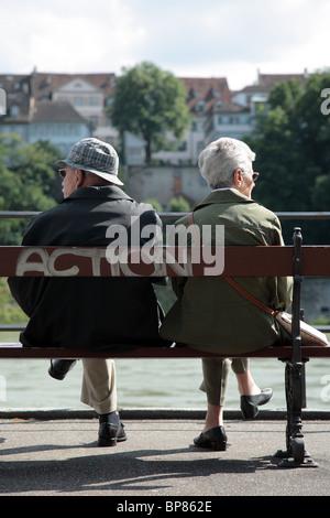 Un couple de personnes âgées assis sur un banc, Bâle, Suisse Banque D'Images