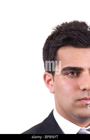 Closeup portrait of a young man moyen-orientale à la découpe sur un fond blanc. Banque D'Images
